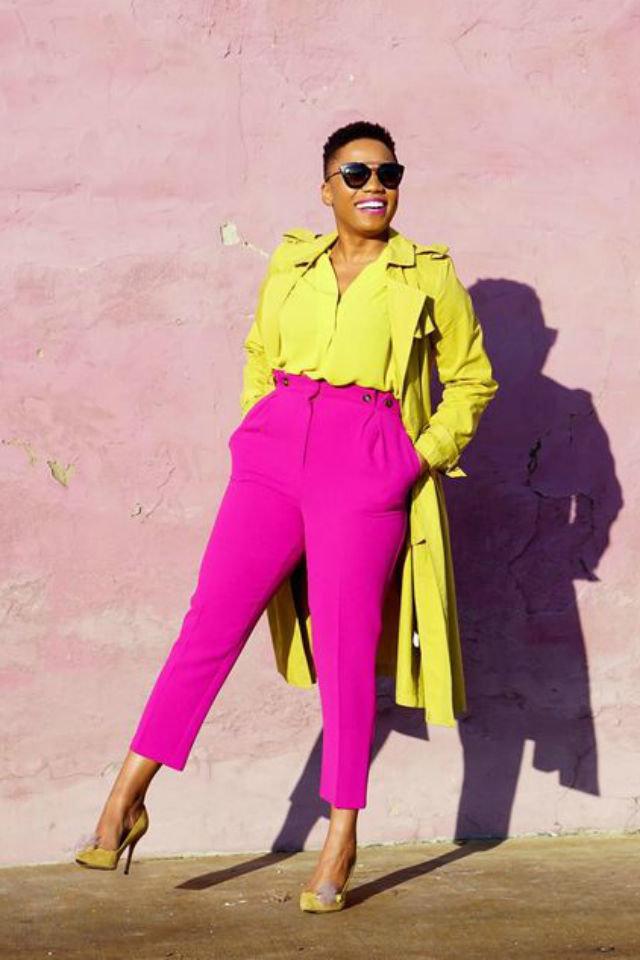 Девушка в розовых брюках с высокой талией, желтая блузка и плащ