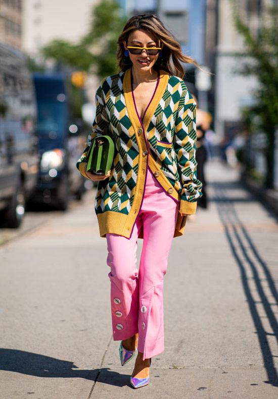 Девушка в розовых брюках, зеленый кардиган и металлические туфли