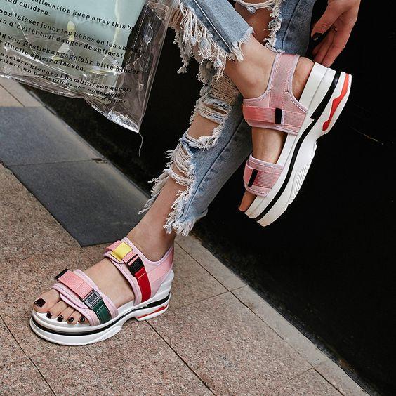 Девушка в рванных джинсах и спортивных сандалиях