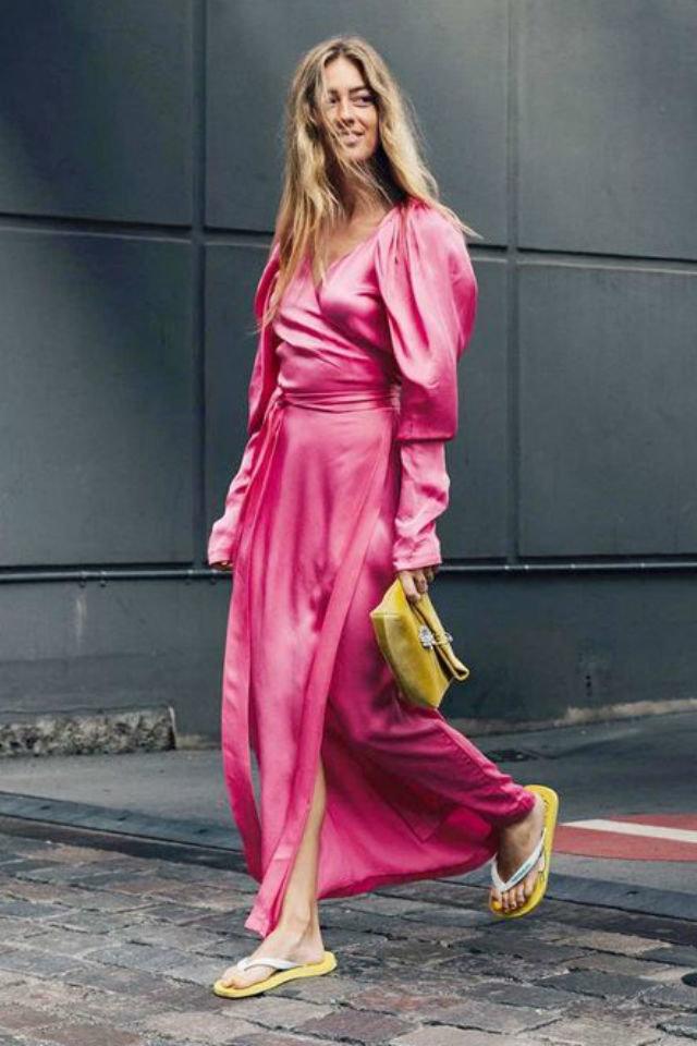 Девушка в шелковом розовом платье, желтый клатч и шлепки