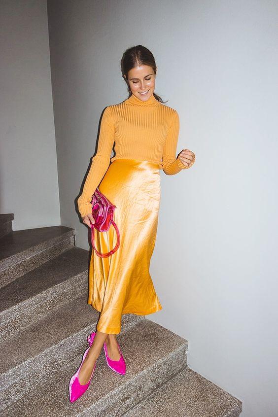 Девушка в шелковой юбке, желтая водолазка и розовые туфли