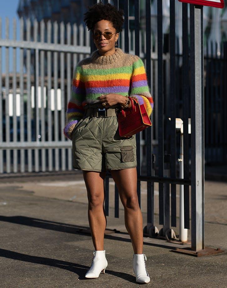Девушка в шортах, полосатый свитер и белые ботильоны