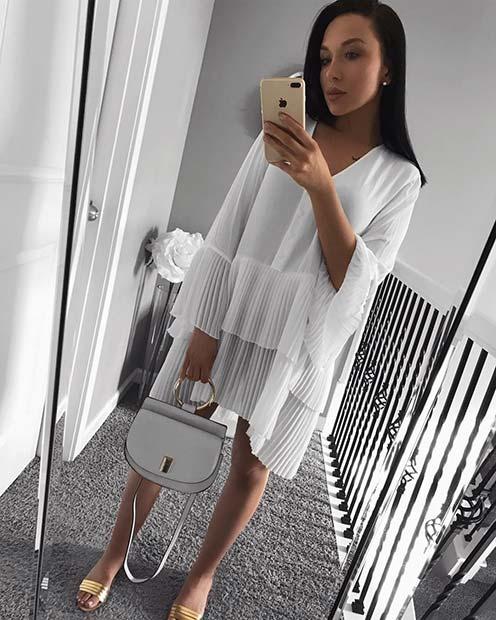 Девушка в свободном белом платье с рукавами