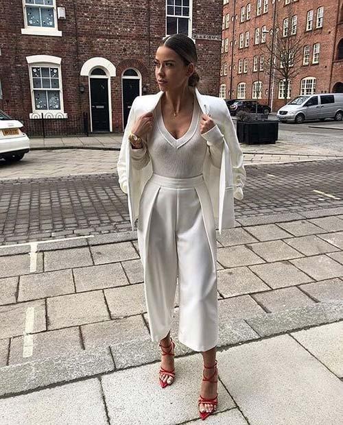 Девушка в укороченных белах брюках, джемпер и блейзер