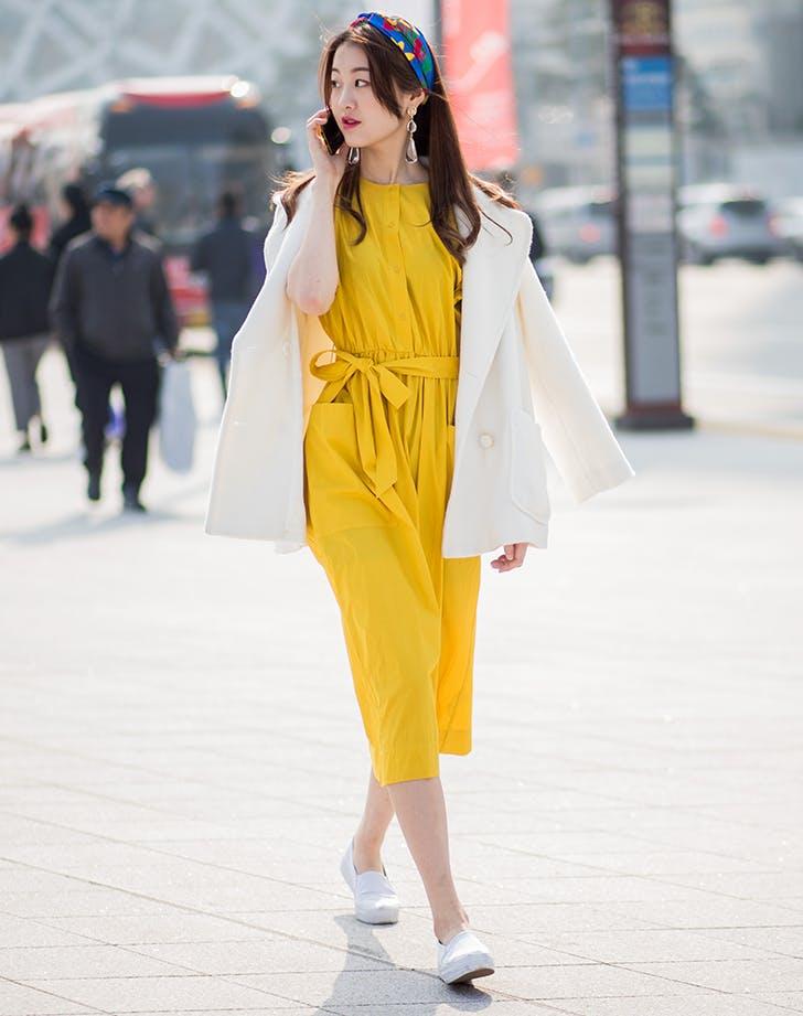 Девушка в желтом комбинезоне и белый кардиган