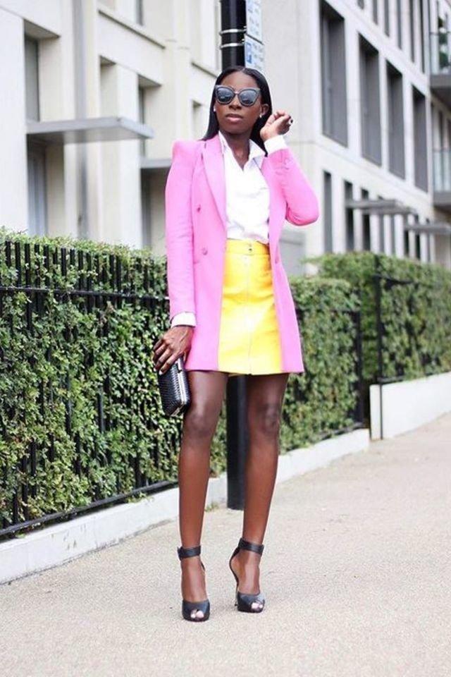 Девушка в желтой мини юбке, белая блузка и розовый блейзер