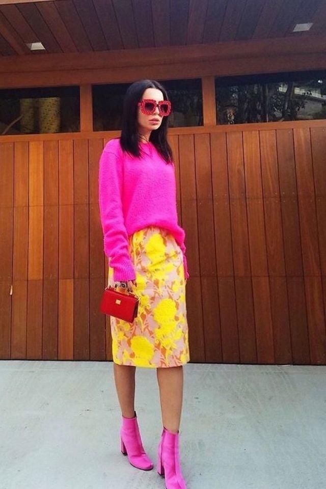 Девушка в желтой юбке карандаш, розовый свитер и ботильоны