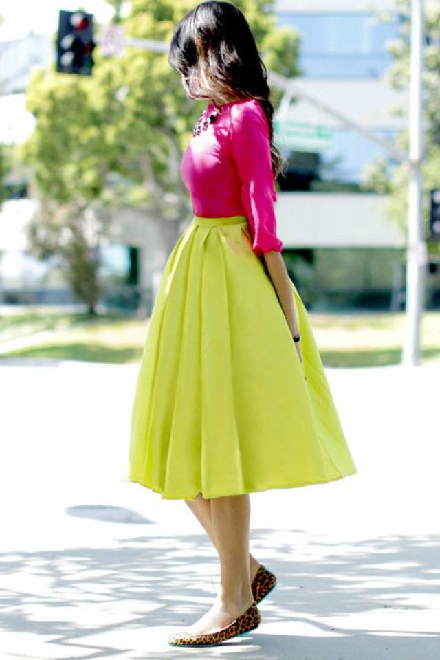 Девушка в желтой юбке миди, розовая блузка и леопардовые балетки