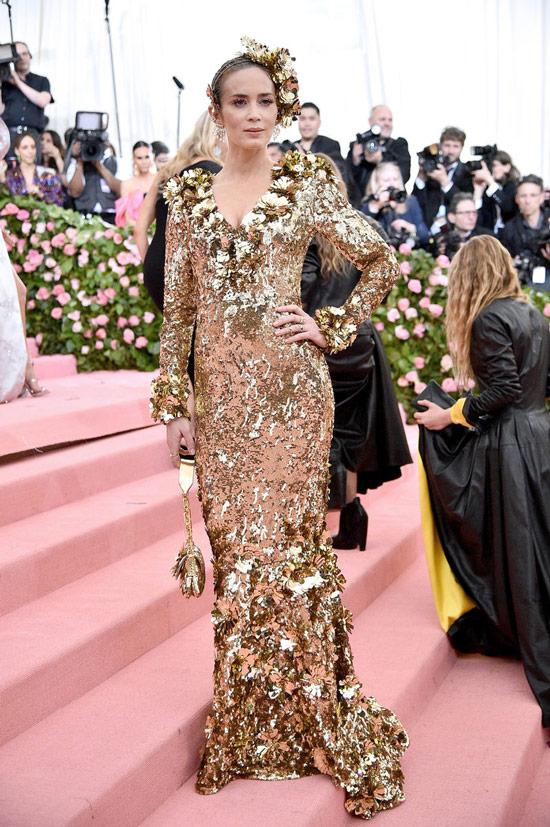 Емили Блант в золотом вечернем платье с длинными рукавами