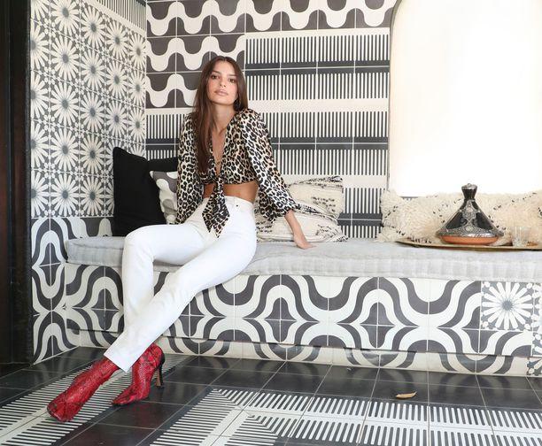 Емили Ратаковски в белых джинсах, блузка с леопардовым принтом и красные ботильоны