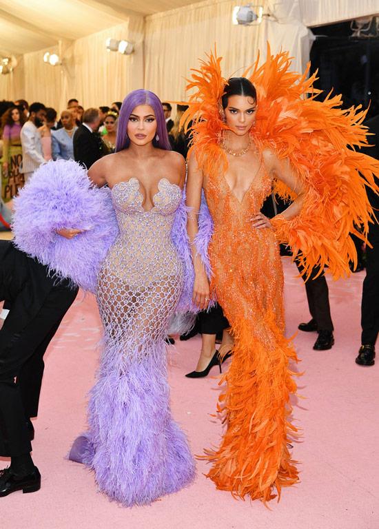 Кендалл и Кайли Дженнер в красивых платьях с перьями