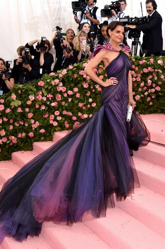 Кети Холмс в фиолетовом платье со шлейфом