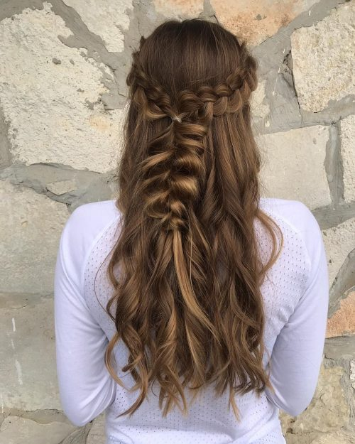 Красивая косичка на длинных волосах