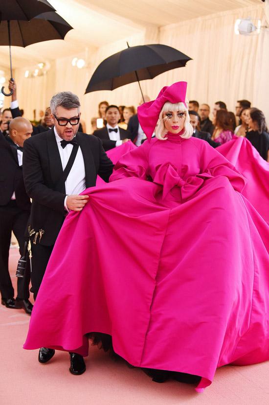 Леди Гага в ярко розовом платье