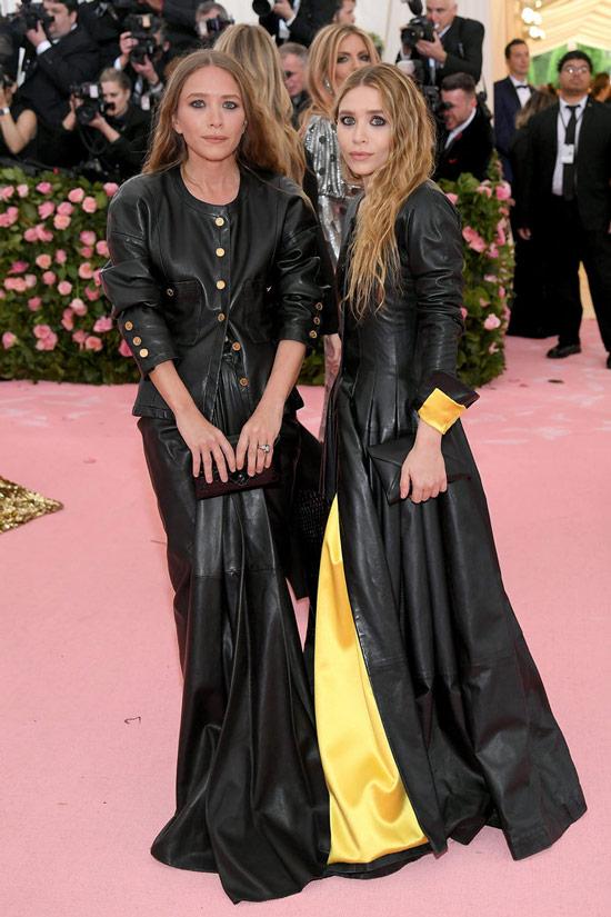 Мери-Кейт и Ешли Олсен в кожанных длинных плащах