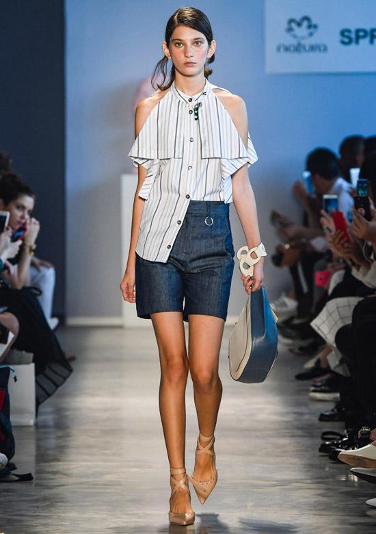 Модель в джинсовых шортах, топ в полоску с открытыми плечами и бежевые туфли