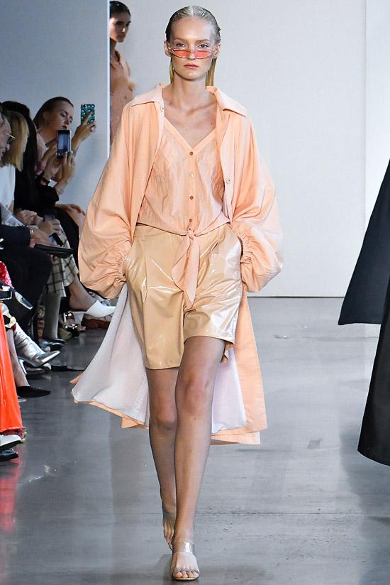 Модель в кожаных шортах, персиковая блузка и кардиган
