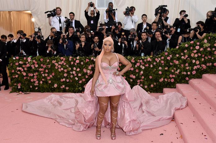 Ники Минаж в розовом мини платье со шлейфом