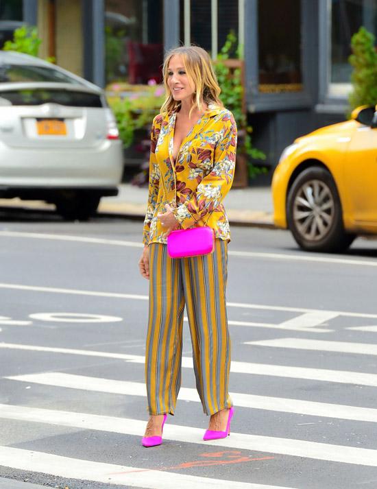 Сара Джессика Паркер с широких брюках в полоску, желтый акет с цветочным принтос и розовые туфли