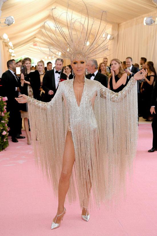 Селин Дион в необычном платье с ахромой и туфлях