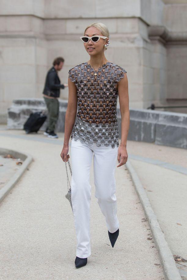 Vanessa Hong в белых джинсах и красивом топе, черные туфли