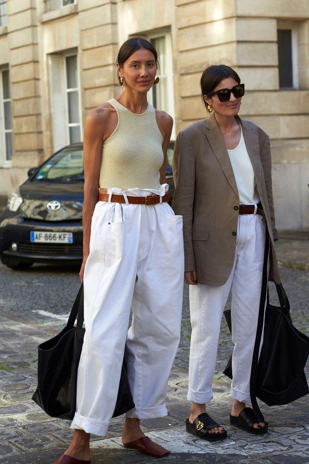 Юлия Пелипас в белых джинсах, простая футболка и коричневый блейзер