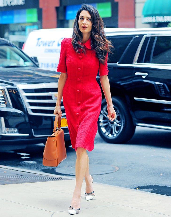 Амаль Клуни в красном платье миди, бежевые туфли и коричневая сумка
