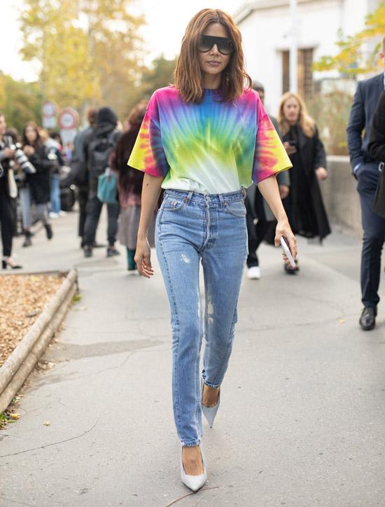 Девушка с принтом tie dye джинсах с высокой талией и лодочках
