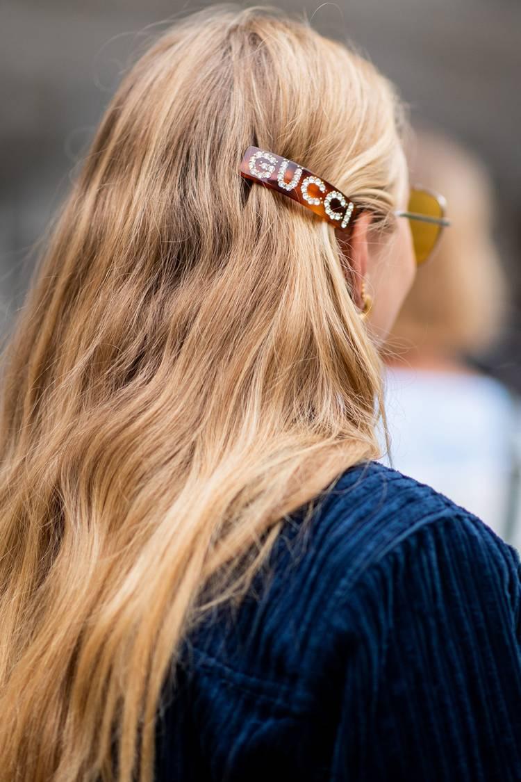 Девушка с заколкой для волос от gucci