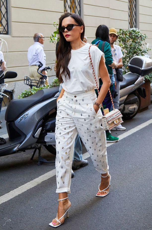 Девушка в белых брюках, белая футболка и босоножки