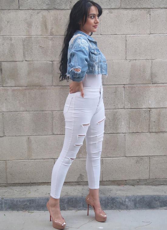 Девушка в белых рванных джинсах и укороченная джинсовка