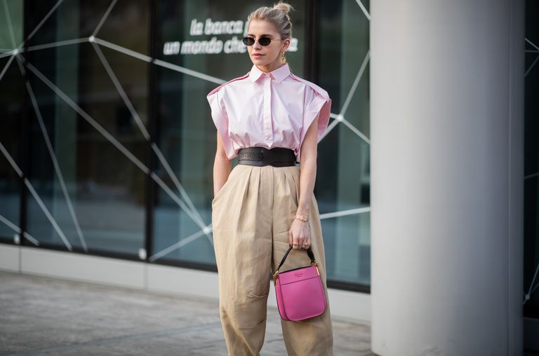 Девушка в бежевых широких брюках и розовой блузе без рукавов
