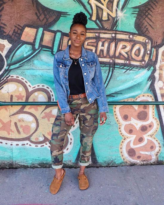 Девушка в брюках хаки, черный топ и джинсовая куртка