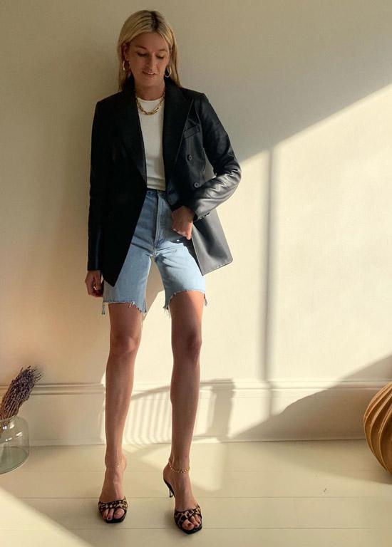 Девушка в джинсовых бермудах, футбола и черный блейзер
