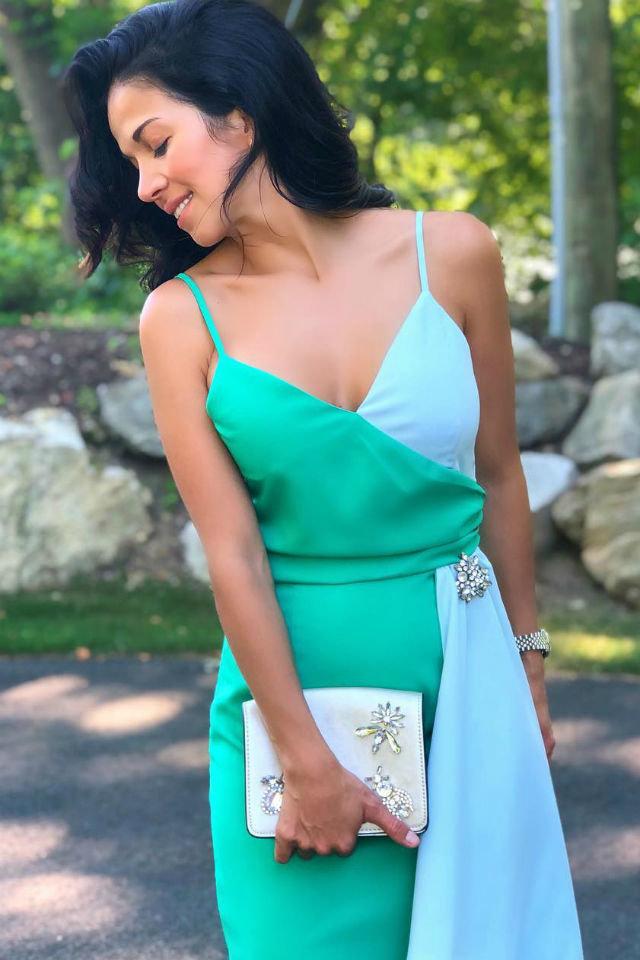 Девушка в коктейльном двухцветном платье мятного оттенка и белый клатч