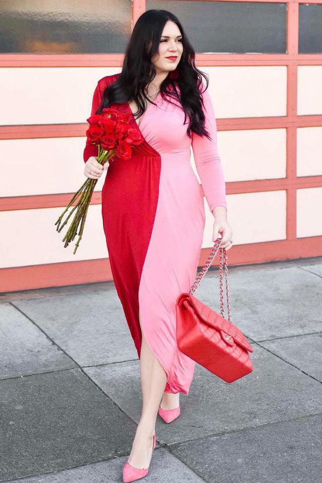 Девушка в красно-розовом платье с длинными рукавами, розовые туфли и красная сумка