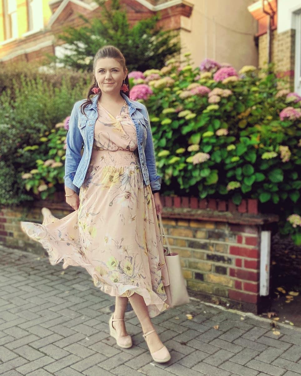 Девушка в легком платье миди и джинсовой куртке