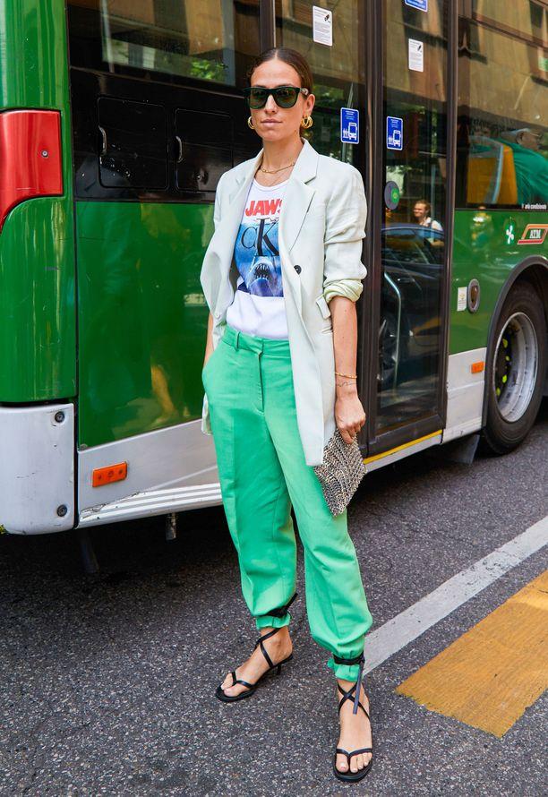 Девушка в мятных брюках, футболка с принтом и белый блейзер
