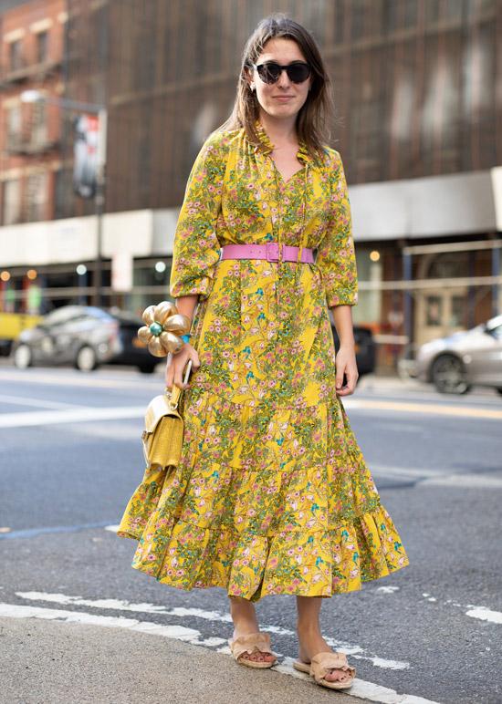 Девушка в платье с мелким цветочным принтом и босоножках