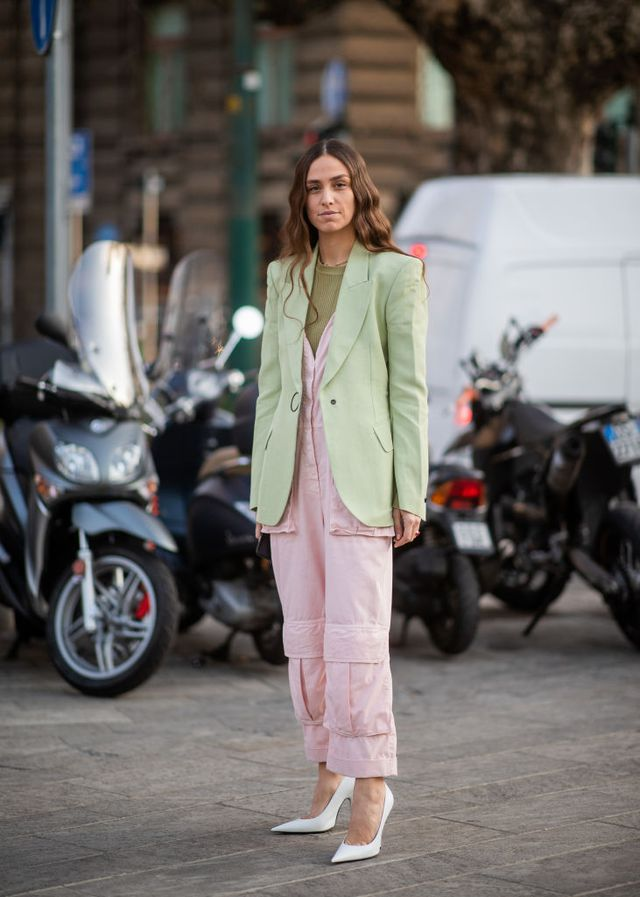 Девушка в розовом комбинезоне и зеленом пиджаке