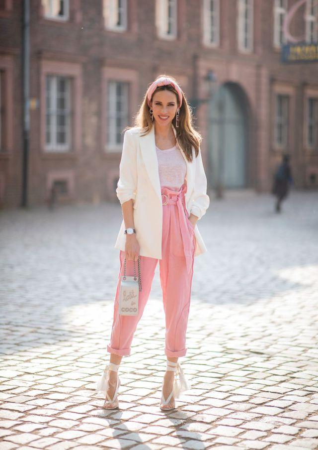 Девушка в розовых брюках и белом пиджаке