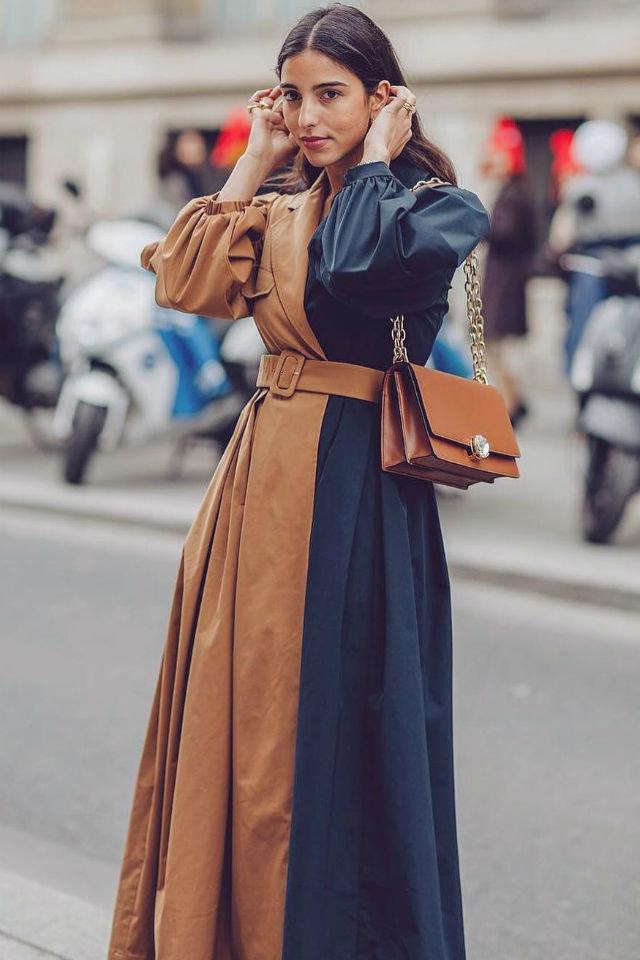 Девушка в сине коричневом латье с поясом и сумочка