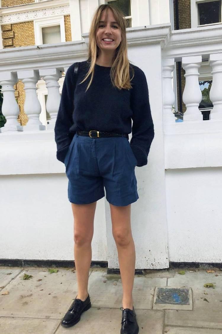 Девушка в синих шортах с ремнем, тепный свитер и брогги