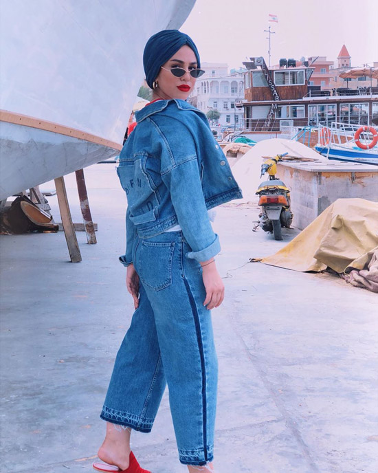 Девушка в свободных джинсах и куртке
