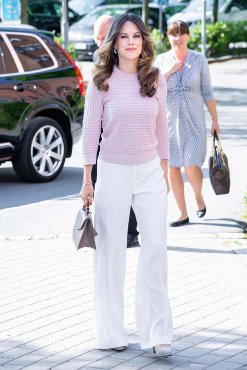 Принцесса София с белых брюках и трикотажном свитере