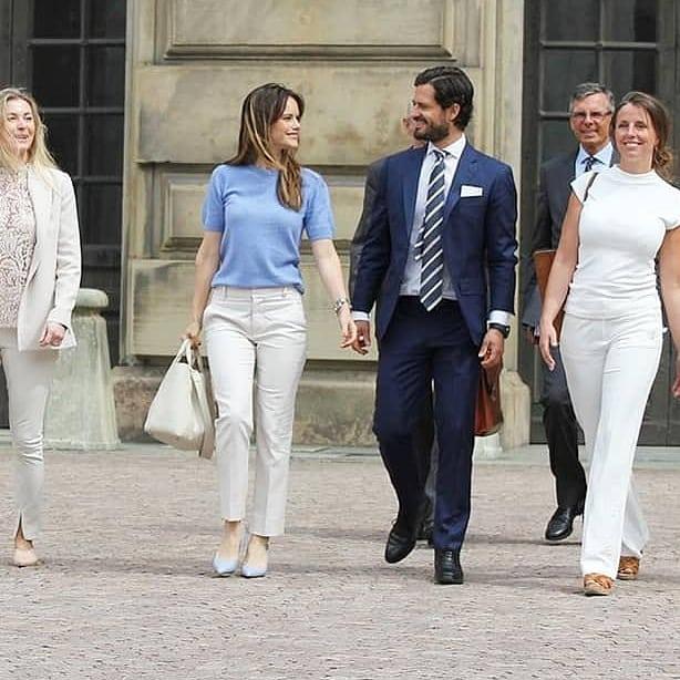 Принцесса София в белых брюках, синем свитере с короткими рукавами и светлых лодочках