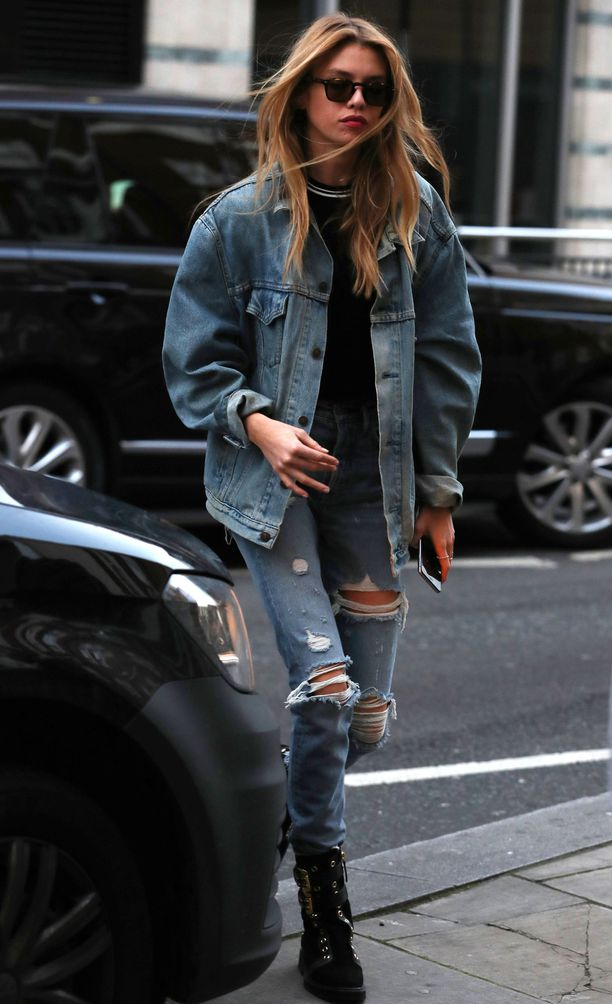 Стелла Максвелл в куртке оверсайз, рванные джинсы и ботинки
