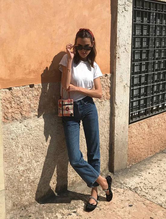 Алекса Чанг в прямых джинсах и белой футболке