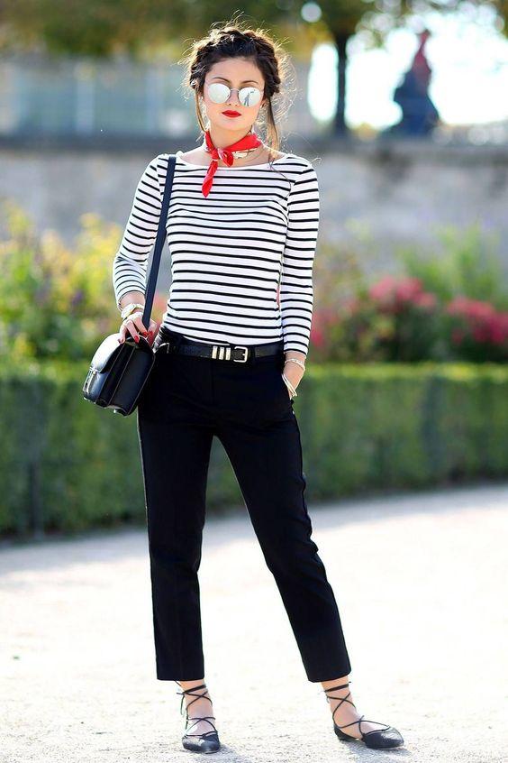 Девушка черных брюках с ремнем и тельняшке