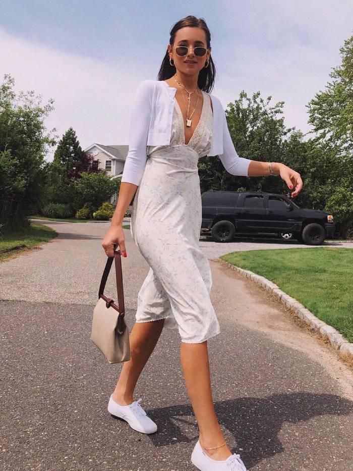 Девушка в белом летнем платье, укороченная кофточка и кеды
